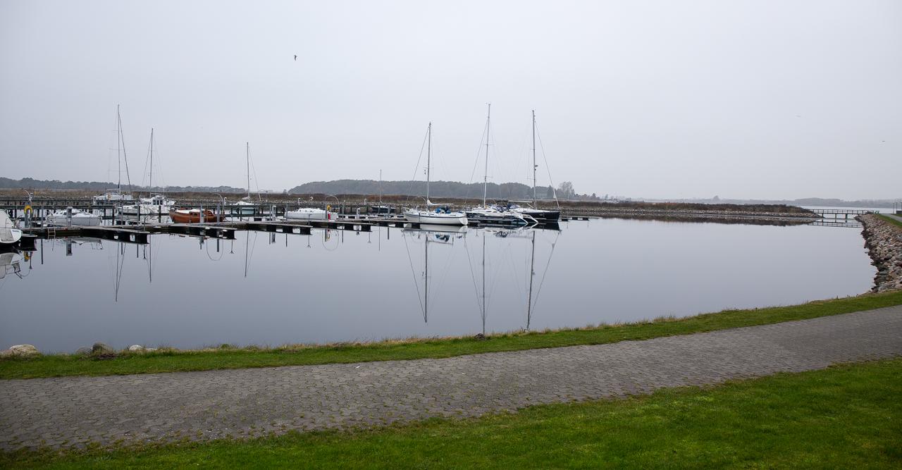 Helt stille vejr en novemberdag med spejling i vandet