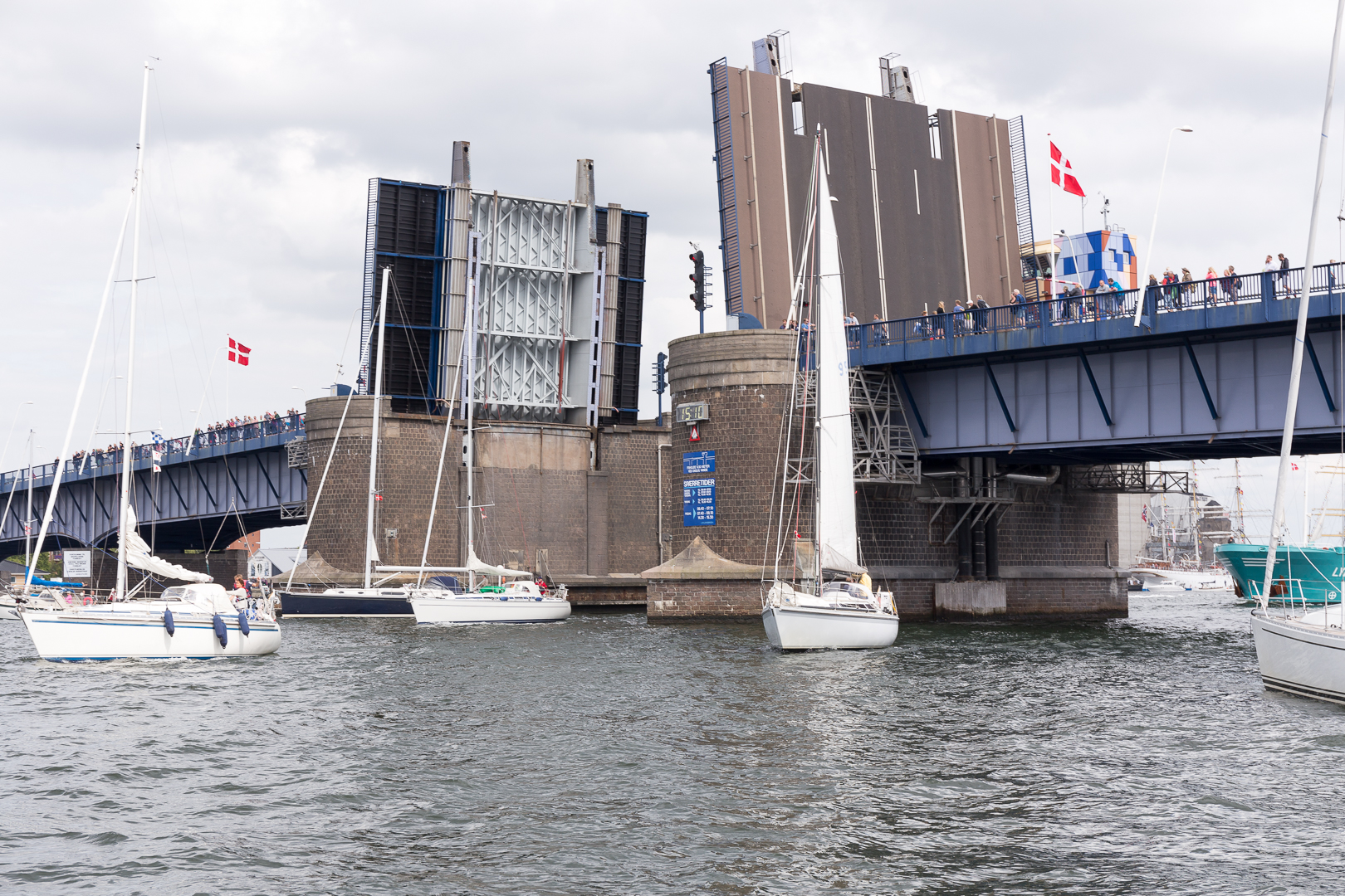 Limfjordsbroen i myldretiden, set fra sydvest mod nordøst